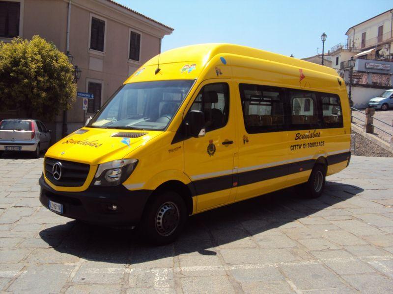 Scuola bus giallo vista frontale