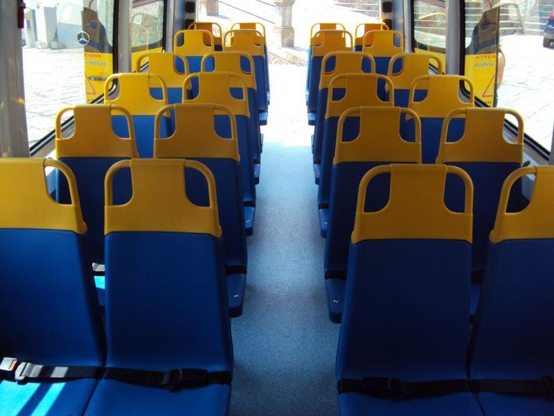 Posti a sedere gialli e blu
