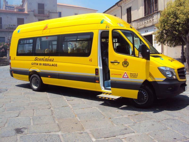 Scuola bus con porta aperta