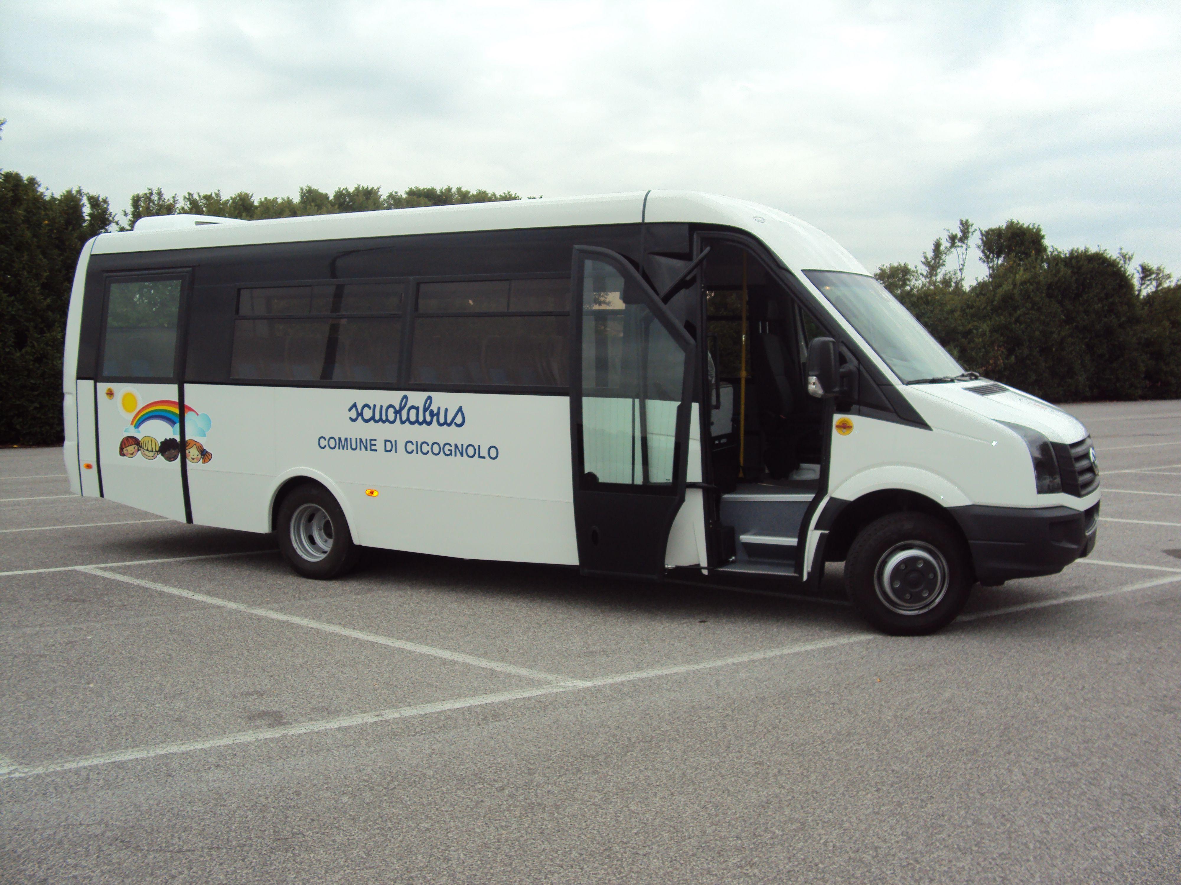 Un bus bianco vista laterale