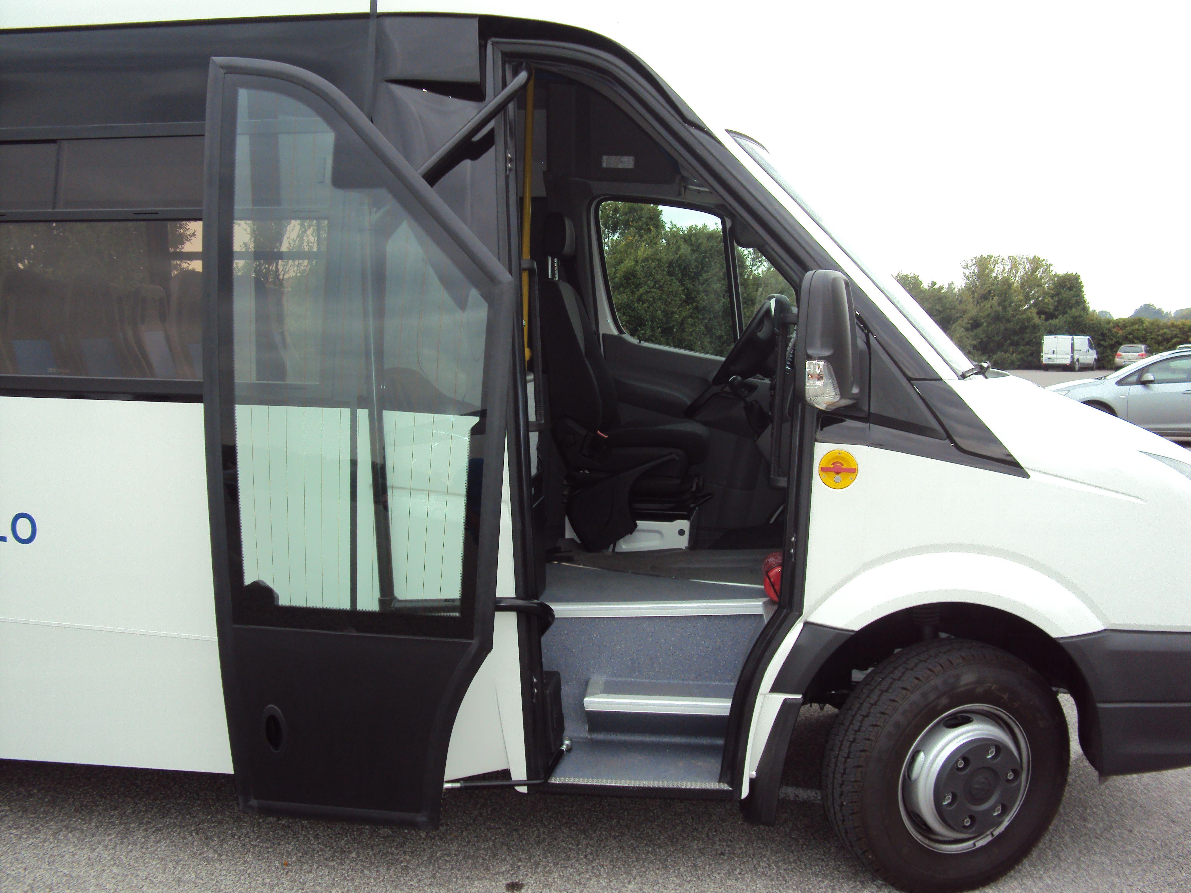 Porta di un bus bianco