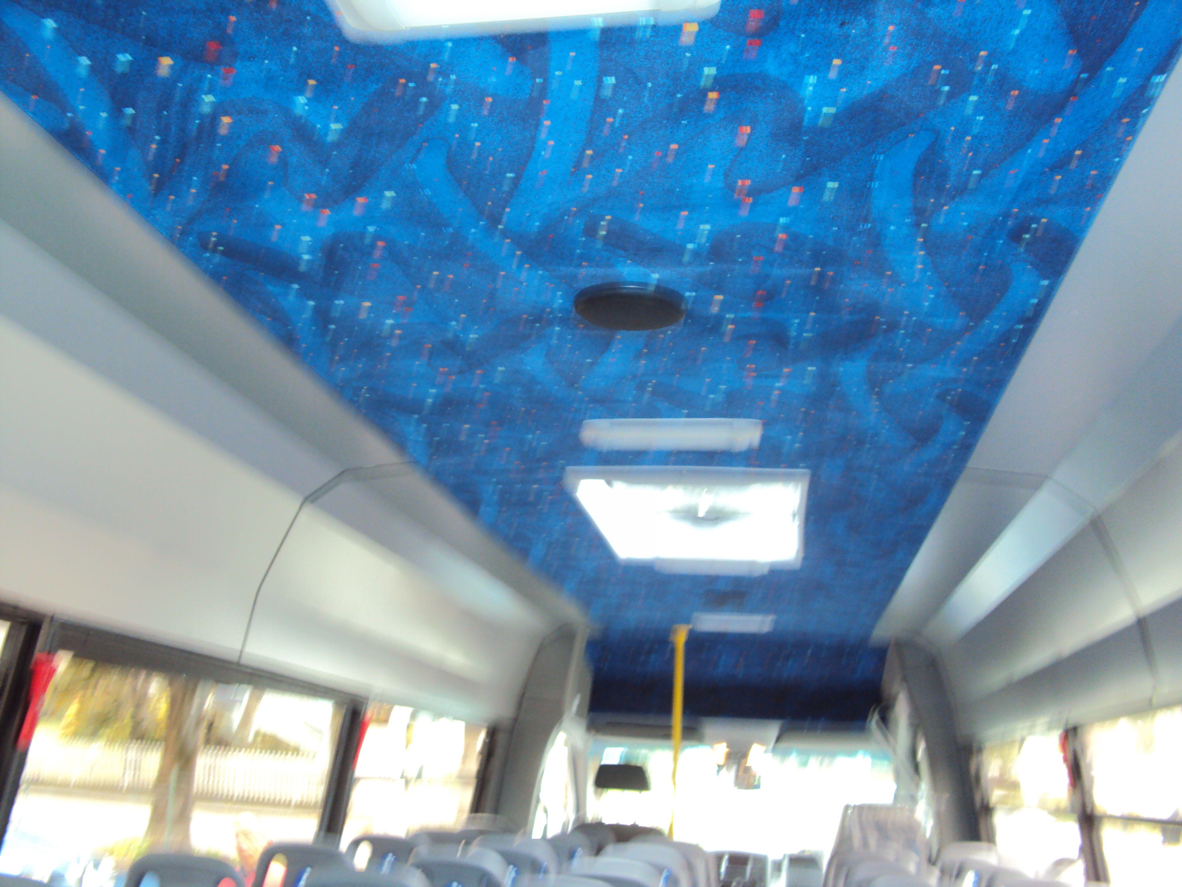Tetto blu di un bus