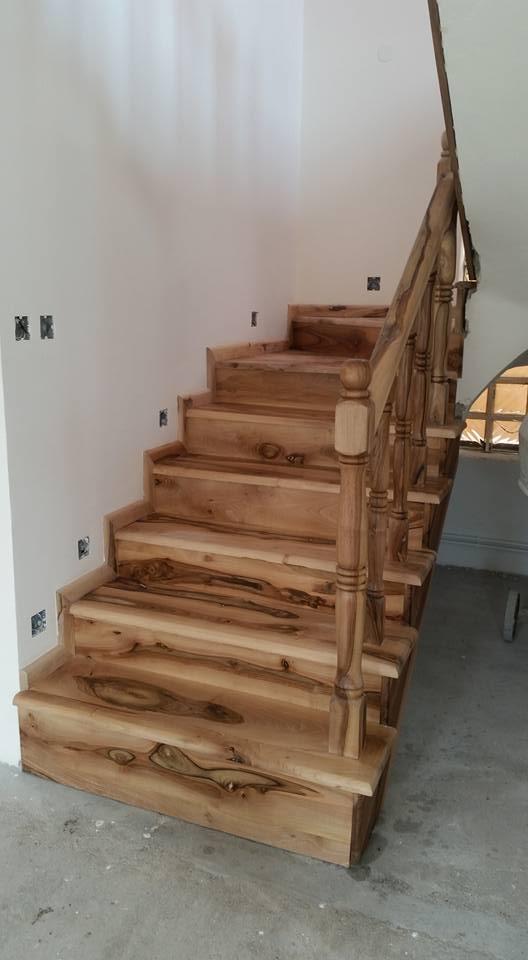 Scale con corrimano in legno chiaro
