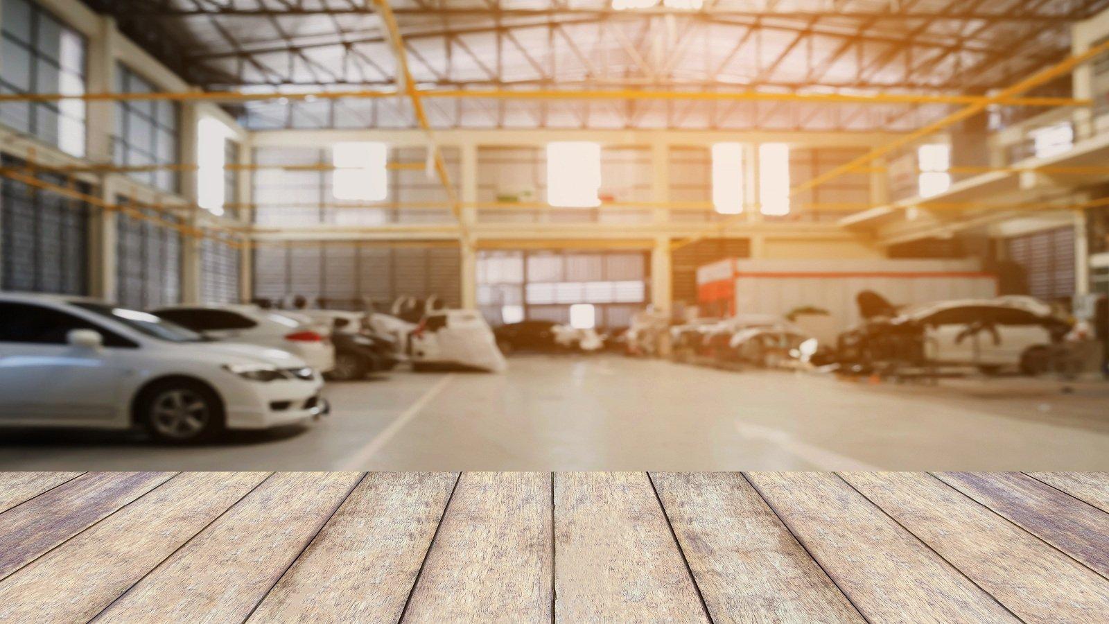 Centro di riparazione auto con piano tavolo in legno