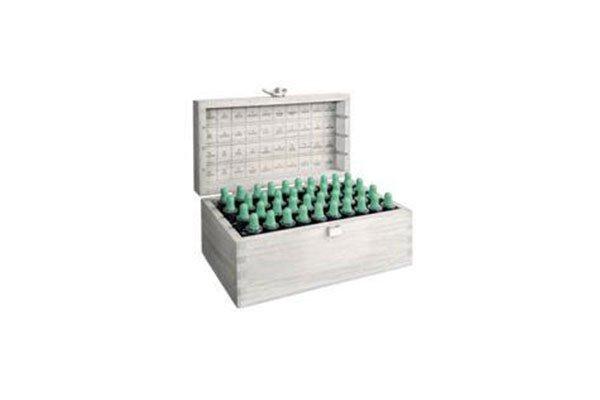 una scatola di legno con delle boccette