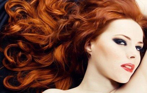 modella con capelli lunghi rossi e ondulati