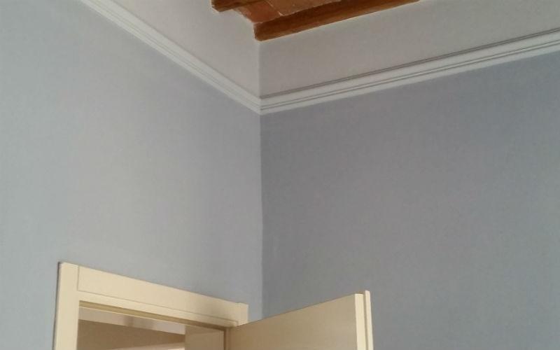 parete in cartongesso imbiancata con profilo porta