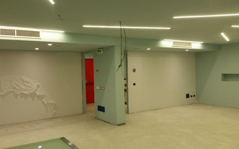 parete in cartongesso in ampio open space illuminato