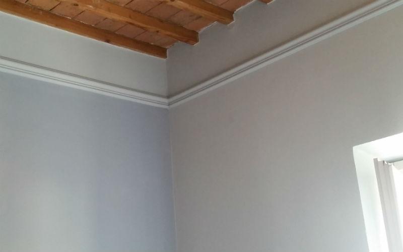 parete imbiancata e travi in legno