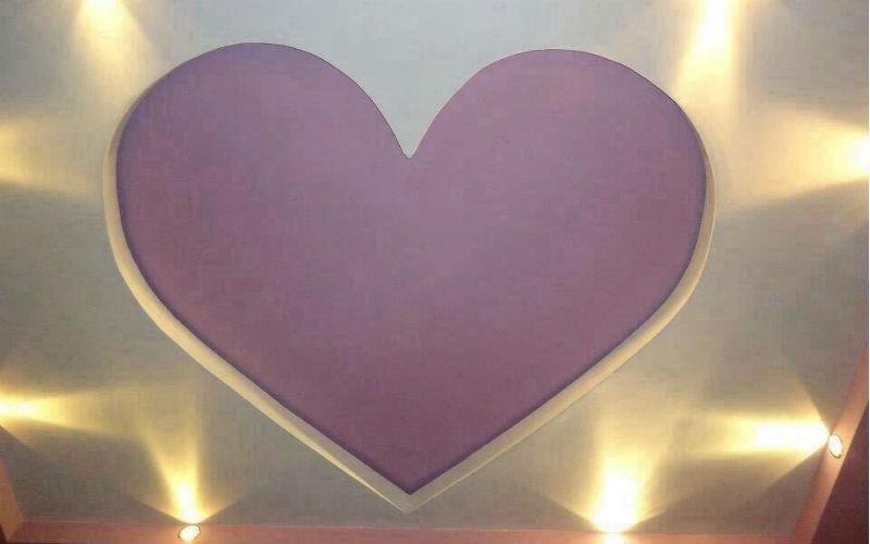 soffitto bianco con disegno cuore viola