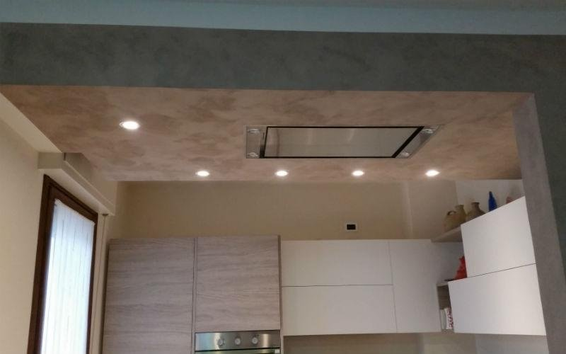dettaglio di soffittatura grigia in una cucina