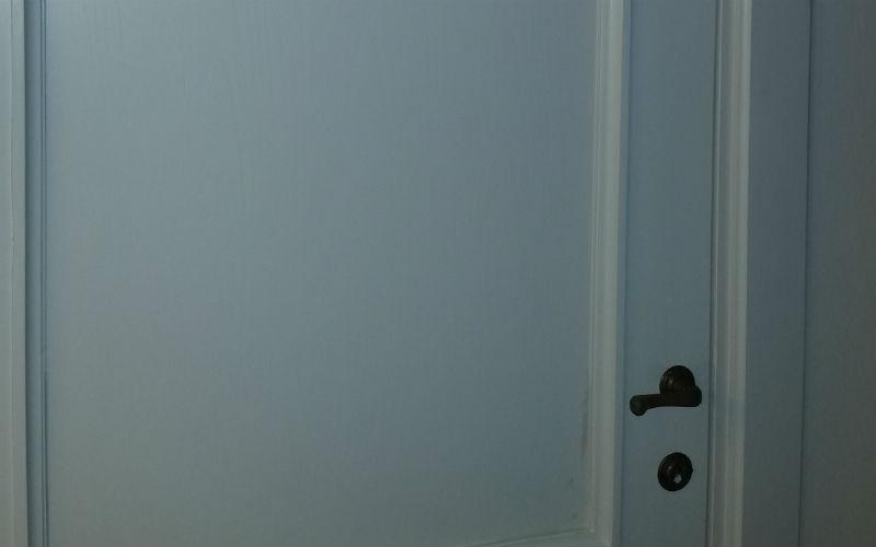 inquadratura frontale porta bianca in legno