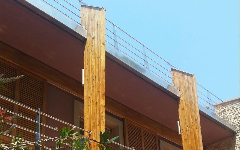 dettaglio facciata di palazzo bordeaux con travi in legno