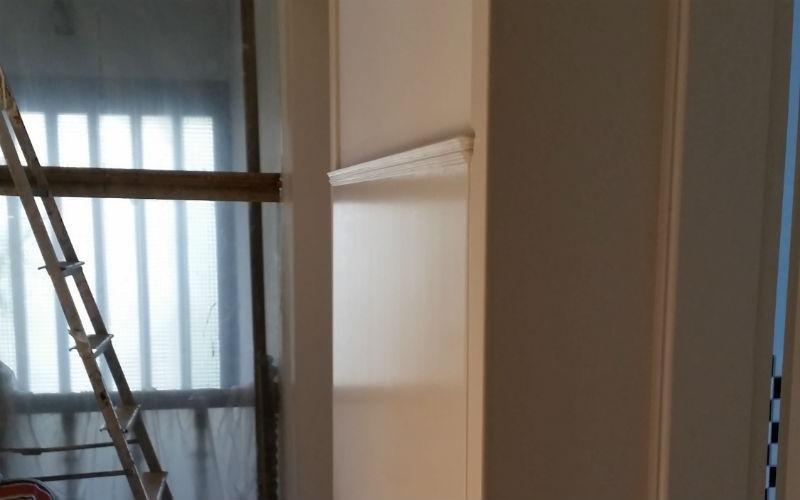 angolo di stanza imbiancata e scaletta