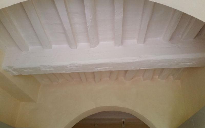 dettaglio di soffitto tinteggiato di bianco