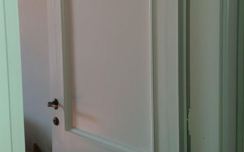 dettaglio di porta bianca
