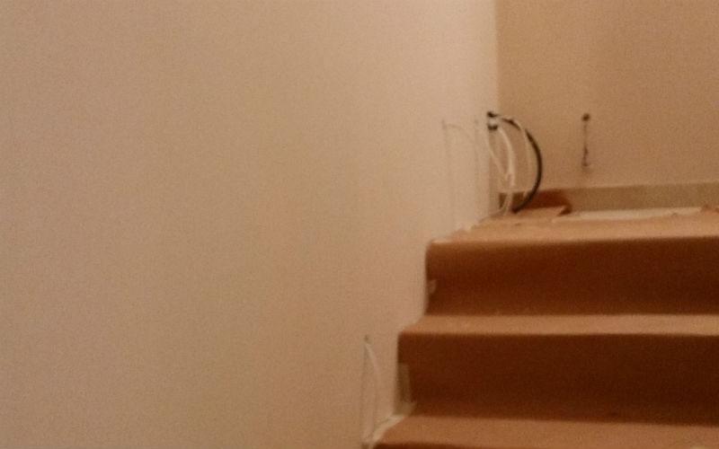dettaglio di parete imbiancata e scalini
