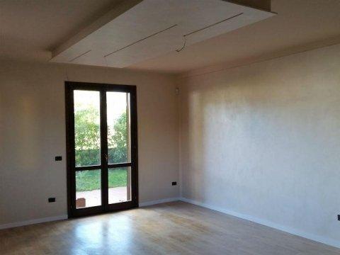 stanza con pareti verniciate di bianco