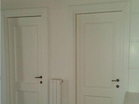 due porte in legno bianco