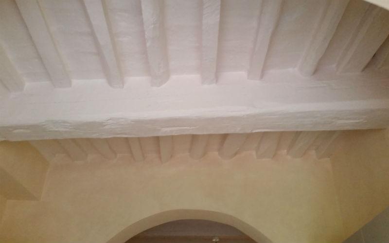 soffitto con travi a vista tinteggiate di bianco