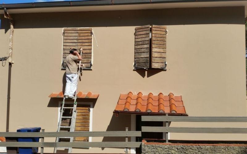operaio vernicia facciata di palazzina