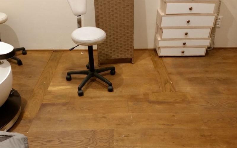 sedia da ufficio stanza con parquet