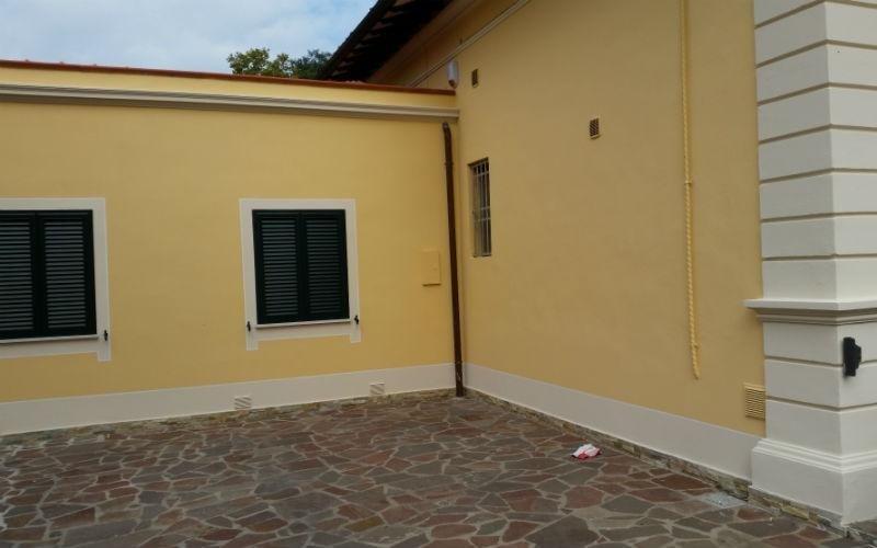 angolo di casa con verniciatura gialla
