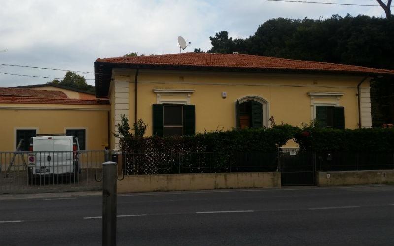 facciata di villetta verniciata di giallo