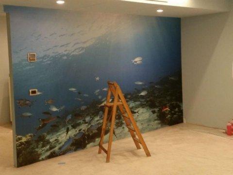 parete in cartongesso decorata con fondale marino