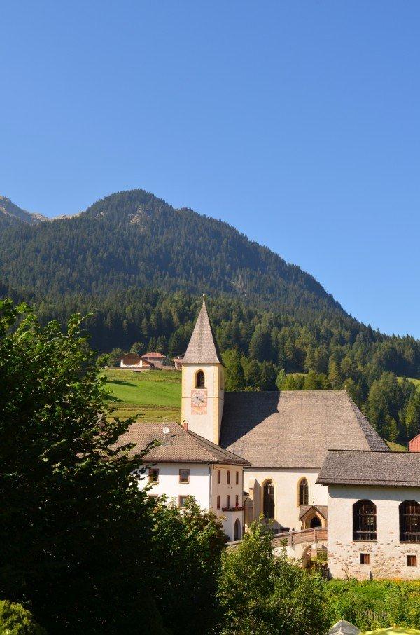 uno stabile con vista delle montagne