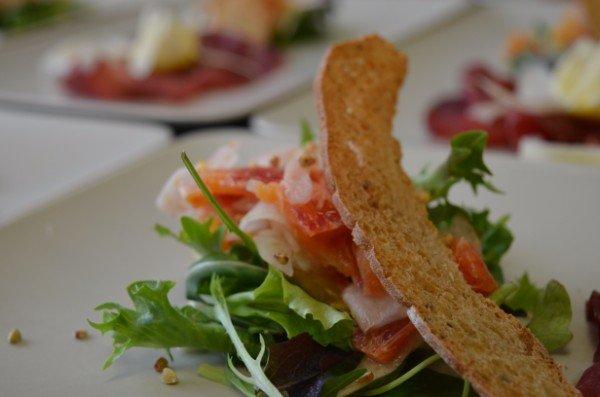 dell'insalata con salmone e un crostino