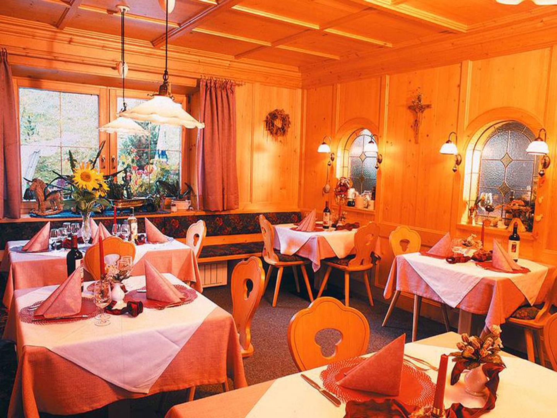 tavoli apparecchiati nel ristorante con arredo