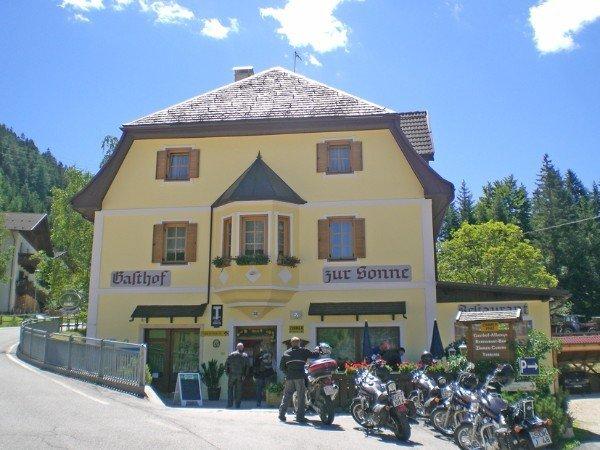 vista dall'esterno di un albergo e delle moto parcheggiate davanti