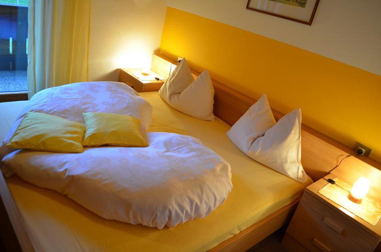 camera da letto di albergo a sole con ben arredato