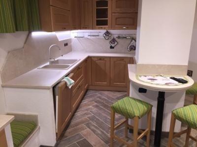Cucina in marmo e legno