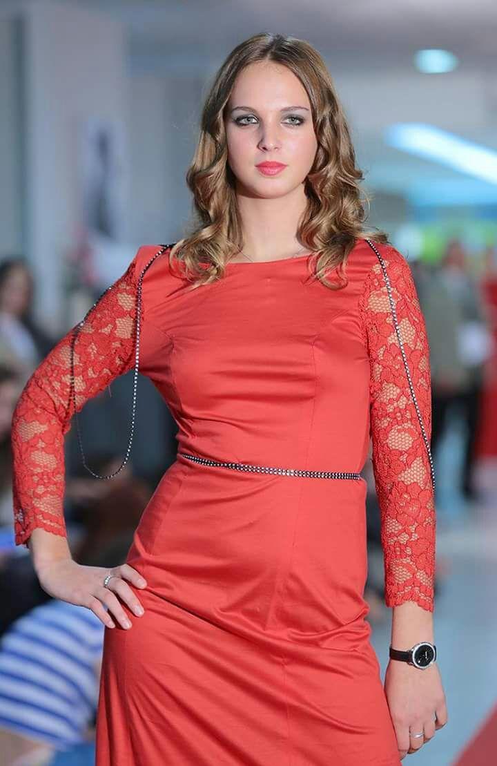 Ragazza bionda sfila con abito rosso SIlv