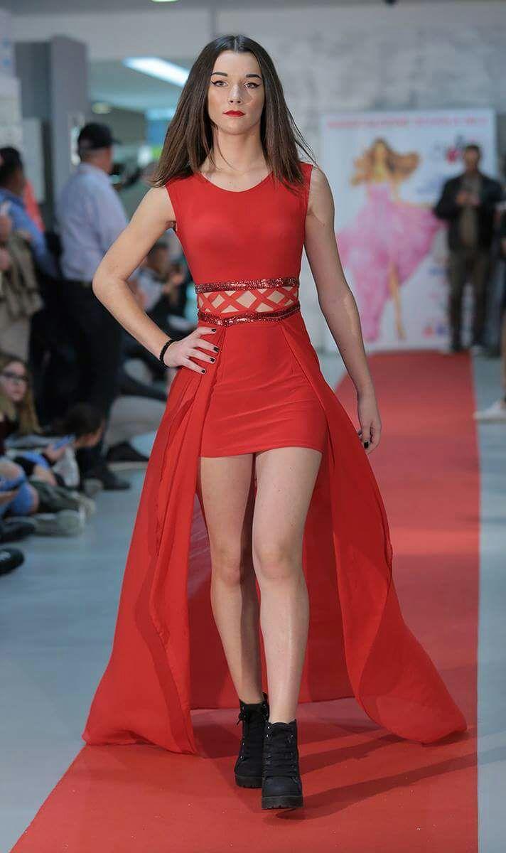 ragazza bruna vestita di rosso sfila per evento Silv