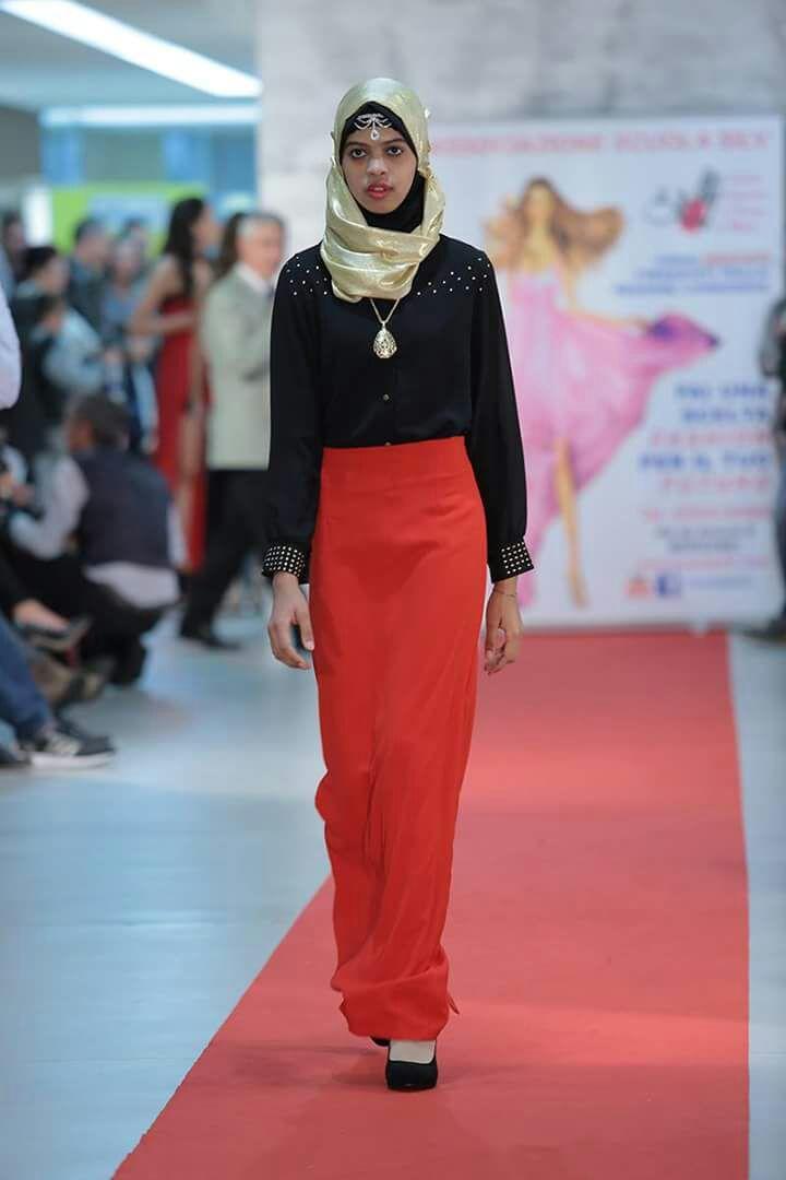 Abito rosso su donna musulmana