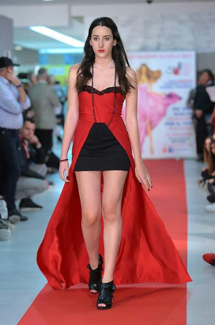 Studentessa Silv sfila con vestito rosso