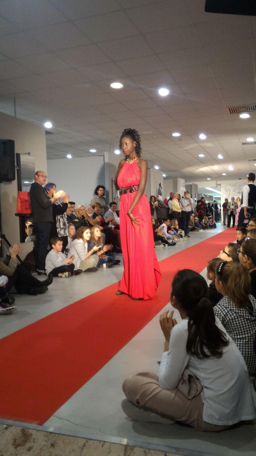 Modella di colore con abito rosso