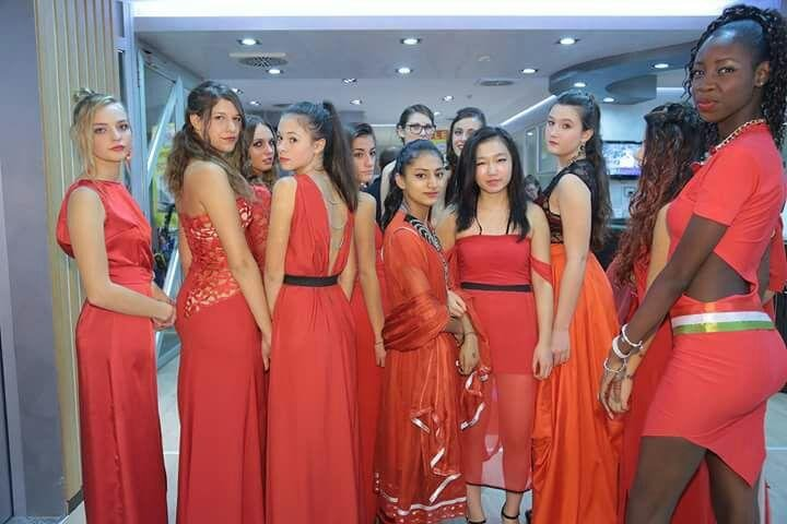 Modelle vestite in abito rosso