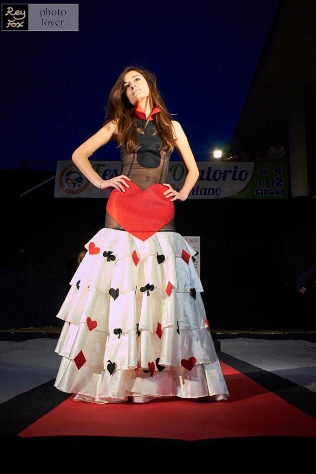 Studentessa di Scuola Silv sfila un capo di moda