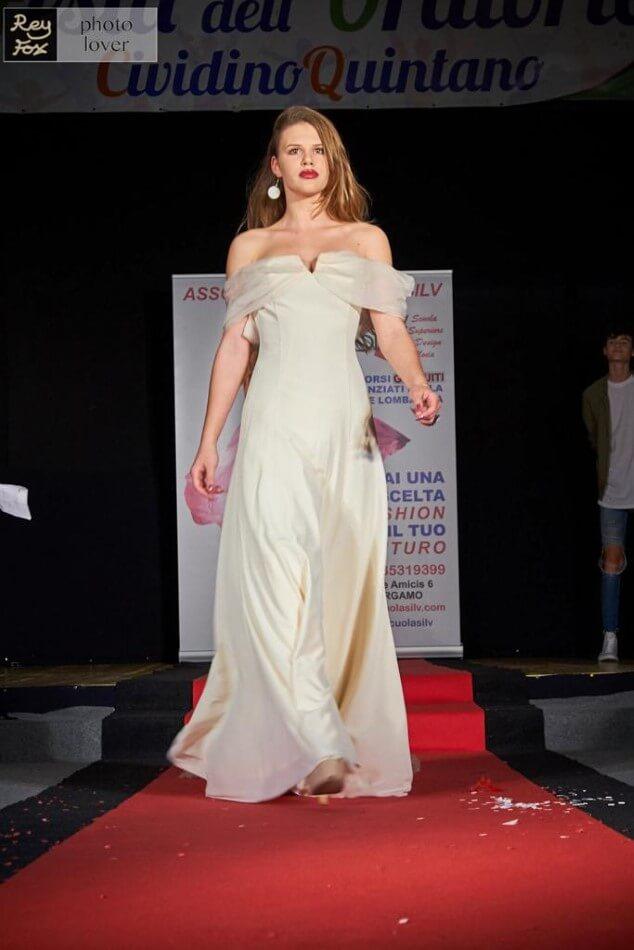 Elegante capo di moda bianco