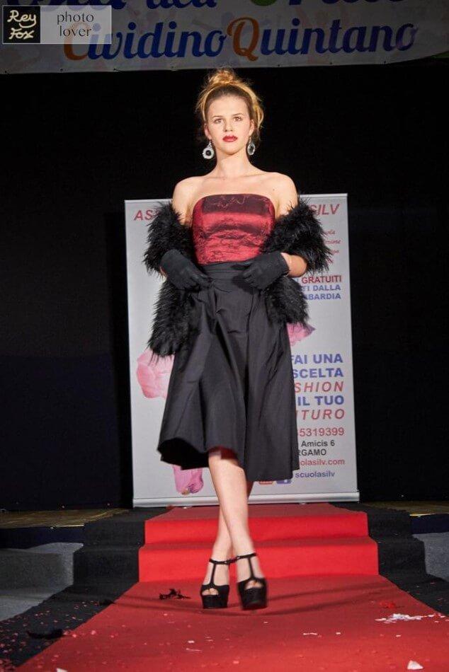 Capo di moda rosso e nero