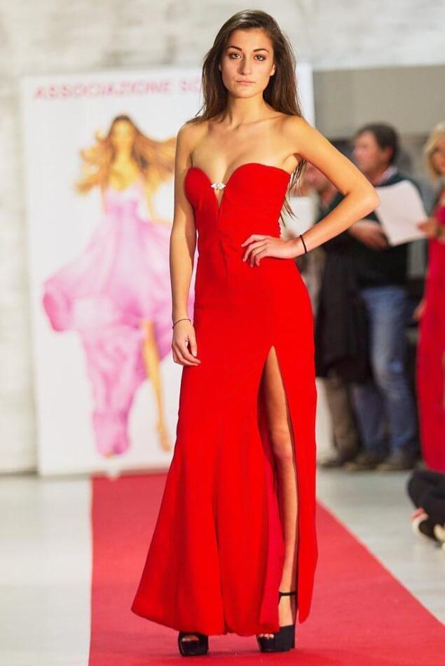 Modella con abito rosso