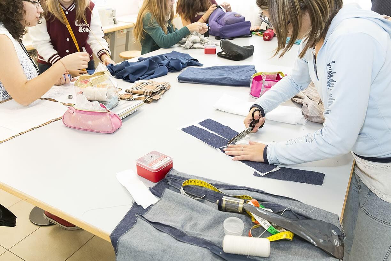 Studenti di moda tagliono e cuciono