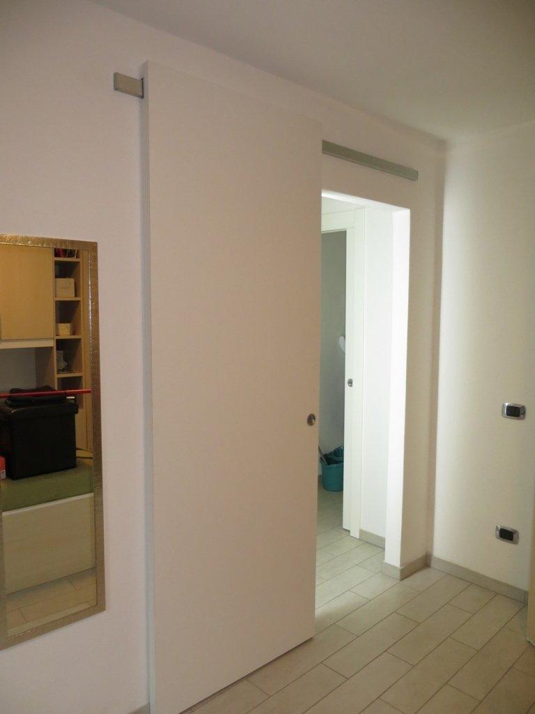 interno stanza con porta scorrevole moderna