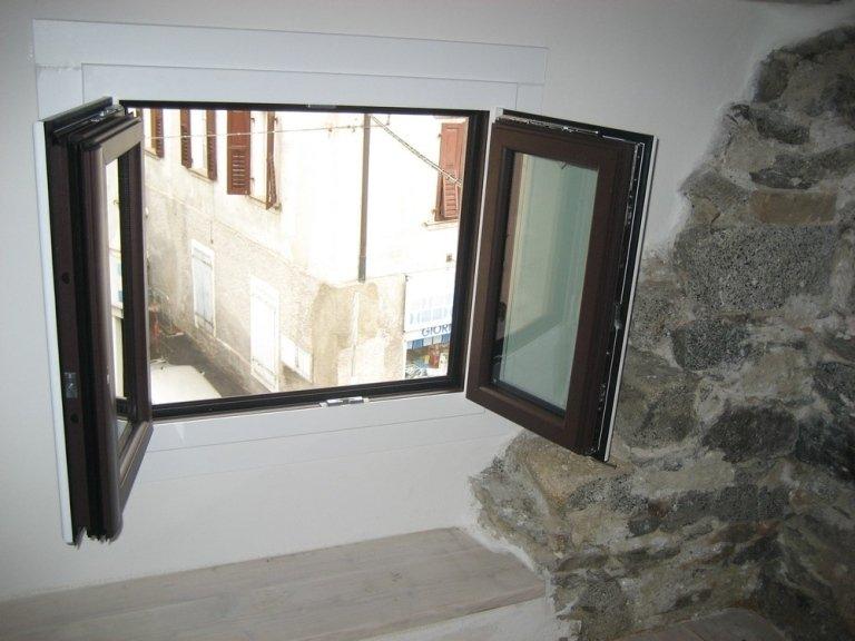 finestra aperta alluminio legno ponzio