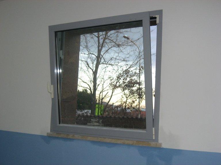 finestra in alluminio con anta ribalta