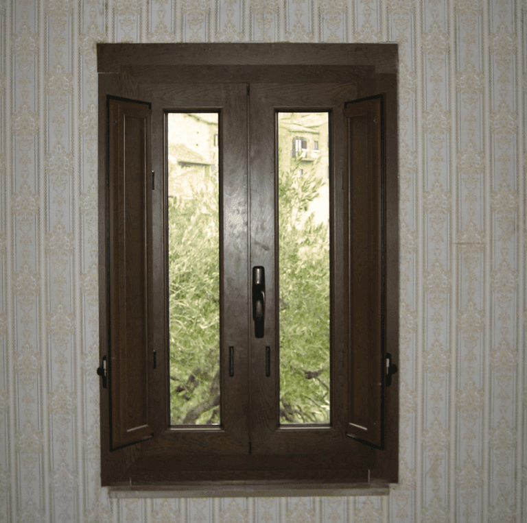 finestra con scuri con finitura finto legno